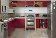 na cozinha, as bancadas de cimento queimado acolhema marcenaria revestida de MDF colorido (Foto: Victor Affaro)