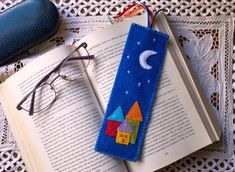 Bookmark - Design a scenery and cut out felt accordingly and sew them on. Felt Crafts Patterns, Felt Crafts Diy, Easy Arts And Crafts, Hobbies And Crafts, Creative Bookmarks, Diy Bookmarks, Hand Embroidery Videos, Felt Embroidery, Felt Bookmark