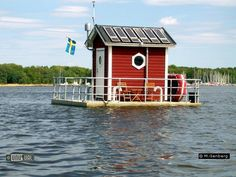 The First underwater hotel in the world : Hotel Utter Inn, Lake Mälaren in Sweden. It is the brainchild of Swedish artist and sculptor, Mikael Genberg and opened its doors in June 2000 Underwater Hotel Room, Floating Hotel, Floating Boat, Unusual Hotels, Tiny Boat, Park Hotel, Tiny House Design, Boat Plans, Play Houses