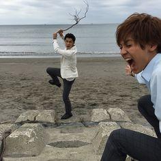 ✨兄こまコマショット~ 撮影中に撮れた、お茶目な写真をコマ漫画風にお届け ①「ねえねえ、なんか変な人いない…??」 ②『こぉらぁ~!変な人とはなんだー!』「聞こえてた~!ごめんなさーい❗」 ③『嘘だよ~✨ごめんね、お礼にこの木の棒あげるよ』「うーん…あんまり嬉しくない…」 #海辺で遊ぶ #木の棒で遊ぶ高嶺 #いじるはるか #片寄涼太 #GENERATIONS #千葉雄大 #兄こまコマショット #兄こま #映画