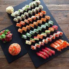 Sushi me rollin. Sushi Boat, Sushi Burger, My Sushi, Sushi Time, Sushi Recipes, Asian Recipes, Cooking Recipes, Sushi Catering, My Favorite Food