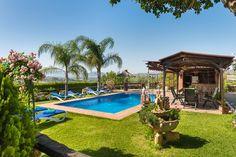 In een mooie authentieke omgeving met olijf- en citrusbomen staat deze vrijstaande vakantievilla voor zes personen met privé zwembad. Het sfeervolle verblijf ligt in de lage heuvels, op een half uurtje rijden van de Costa del Sol en het vliegveld van Malaga. In het nabijgelegen stadje Alhaurin el Grande kun je al je dagelijkse boodschappen doen en er zijn tal van goede restaurants en bars te vinden. Zelfs de belangrijke bezienswaardigheden van Andalusië zijn vanuit de villa prima te…