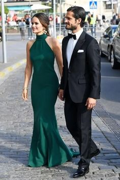 Prince Carl Philip and Princess Sofia of Sweden, in a Green gown by Stella McCartney. Beauty And Fashion, Fashion Looks, Royal Fashion, Prinz Carl Philip, Princess Sofia Of Sweden, Gala Gowns, Princesa Mary, Royal Clothing, Evening Gowns