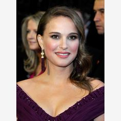 Natalie Portman :Natalie's full brows have less of an arch than other stars we've seen, and are actually evocative of Audrey Hepburn. Here, they are simply brushed, straight in shape and no shadow or pencil has been added. Because the brows are not overly dramatic, the emphasis is on Natalie's eyes.
