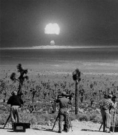 Camarógrafos filman la detonación de una bomba atómica en Nevada, 1955.