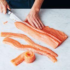 Jag köper ofta hel färsk lax som jag filear och fryser in i mindre påsar. Sedan tar jag fram en påse ur frysen och lagar lax stroganoff. Alltid lika välkommen på middagsbordet hemma hos oss. :) På tina.se finns hela receptet. Lycka till! #tinanordström #tipsfråntina #lax Healthy Food List, Healthy Foods To Eat, Healthy Recipes, Foods That Contain Calcium, How To Cook Fish, Cooking Black Beans, Fiber Foods, Fish And Seafood, Salmon Recipes