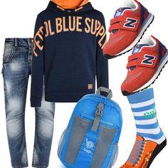 Jeans baggy effetto invecchiato, felpa blu con scritta in arancio, calzini divertenti e colorati, dimostrazione di un ragazzo curato nonostante la giovane età, zaino celeste e scarpe super sportive, decisamente adatte per arrivare in orario a scuola.
