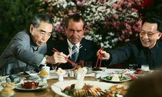 Nixon visita a Mao Zedong. El presidente de los Estados Unidos, Richard Nixon visita Mao Zedong y da un giro de 360 grados en la política exterior estadounidense : aprovecha las malas relaciones de una de uno de los vértices del triángulo -China y la URSS-. Mao y Nixon creen que aliándose podrán debilitar al oso ruso.  Zhou Enlai, negociador en la sombra de la política triangular de Nixon, almuerza relajadament con el presidente de los Estados Unidos.