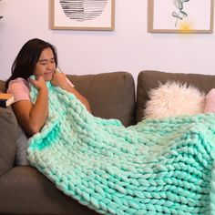 Make your own blanket with this easy to do! blankets livingroom decor how to make a chunky knit blanket diy guide for beginners Hand Knit Blanket, Chunky Blanket, Knitted Blankets, Knot Blanket, Diy Blankets, Chunky Knit Throw, Hand Made Blankets, Thick Yarn Blanket, Homemade Blankets