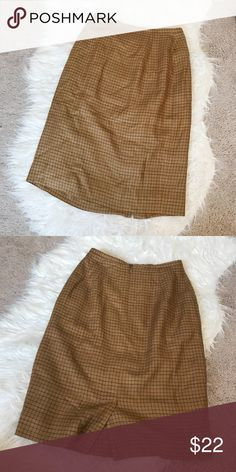 ✨Vintage high waisted skirt✨ No flaws! Size 2, would best fit 24/25 waist. Very high waisted and super flattering. Vintage Skirts