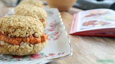 Dit recept voor koolhydraatarme bloemkoolbroodjes komt uit het nieuwste kookboek van Rens Kroes. En je hebt slechts 5 ingrediënten nodig. Enjoy! Sugar Free, Healthy Recipes, Healthy Food, Clean Eating, Muffin, Bread, Cheese, Snacks, Low Carb