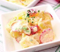 Învaţă să prepari o salată de cartofi proaspătă şi plină de vitamine.  Mod de preparare: 1. Cartofii se fierb întregi în apă cu sare, apoi se curaţă sau se lasă coaja, dupa preferinţe, si se taie felii sau cuburi. 2. Maioneza se amestecă cu smântâna, ridichiile feliate şi ceapa marunt tocată. 3. Se amestecă … Halloumi Burger, Spring Potato, Vegetable Recipes, Potato Salad, Zucchini, Bacon, Healthy Living, Yummy Food, Favorite Recipes