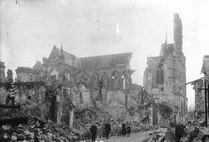 Cathédrale de Soissons, destruction par l'artillerie Allemande pendant la première guerre mondiale Dracula Tv Show, Saint Gervais, Stirling Castle, Medieval Gothic, Knobs And Knockers, Scottish Castles, Saint Jean, Chapelle, Scotland