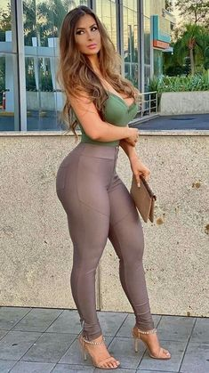 Curvy Women Fashion, Girl Fashion, Pernas Sexy, Belle Silhouette, Femmes Les Plus Sexy, Sexy Legs And Heels, Sexy Jeans, Sexy Hot Girls, Sexy Outfits