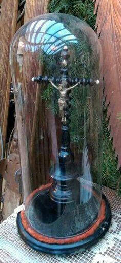Crucifixo em madeira e prata com redoma