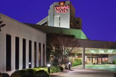 Crowne Plaza Hotel Virginia Beach-Norfolk Virginia Beach (Virginia) Minutes from Virginia Beach city centre and only a short drive from beautiful beaches, this hotel features an on-site restaurant along with spacious guestrooms offering free wireless internet access.