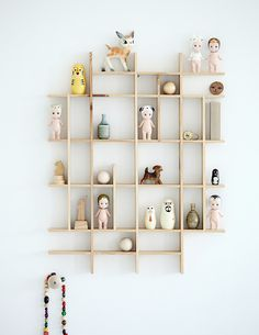 Here are some playful and practical shelf ideas for a kids room. If you like a little project, many of these shelves can easily be recreated at home. And they will provide lots of inspiration, perhaps to create your own unique version. Deco Kids, Sonny Angel, Room Decor, Wall Decor, Nursery Decor, Diy Wall, Wall Art, Home And Deco, Kid Spaces