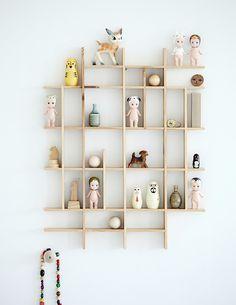 Ved at tage 'skelettet' ud af den klassiske sættekasse i træ, opnår man nærmest en moderne relancering. Den bliver med ét skulpturel og let, og så er det jo også ret tilfredsstillende at have noget, ikke alle andre har! Featured Image: www.mokkasin.blogspot.dk