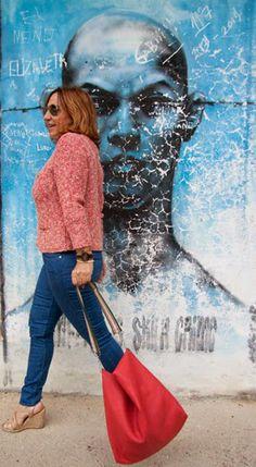 Viviendo los 50: Graffiti world. El bolso que llevo es muy cómodo y con gran capacidad, de Bimba y Lola y la chaqueta de punto de Purificación García queda ideal con  los vaqueros, esta chaqueta combina a la perfección con diferentes looks.