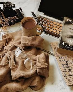 Cozy Aesthetic, Aesthetic Coffee, Autumn Aesthetic, Brown Aesthetic, Aesthetic Vintage, Aesthetic Photo, Aesthetic Pictures, Flat Lay Photography, Coffee Photography