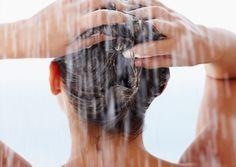 Das Haar steht in alle Richtungen ab, ist kraus oder statisch aufgeladen? Dann herrscht akuter Frizz-Alarm. Hier kommen die besten Tipps und Produkte, mit denen ihr Frizz den Kampf ansagt...