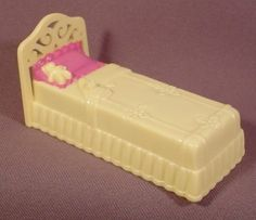 """Fisher Price Sweet Streets 2001 Yellow Single Bed, Pink Pillow, 3 1/2"""" Long, 75420 Hotel"""