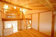 4層構造のスキップフロア 家族5人が暮らすM様邸は、ロフト・中二階を設けた4層構造のスキップフロアの家。スキップフロアは段差によって自然と仕切りができるため、壁を作らなくてもそれぞれの部屋が独立した空間になっています。