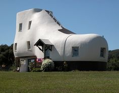 The Haines Shoe House is a shoe-shaped house in Hallam, Pennsylvania, along the Lincoln Highway. Unusual Buildings, Amazing Buildings, Amazing Architecture, Lincoln Highway, Crazy Houses, Weird Houses, Unusual Homes, Construction, Interior Exterior