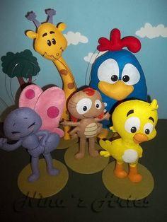 Confeccionados em feltro e fibra antialérgica. <br>Param em pé (agora sem base externa). <br>Para decoração. <br>*Preço referente aos 5 personagens: <br>-Galinha: 30 cm de altura <br>-Pintinho, Borboletinha e Baratinha: 25 cm de altura <br>-Girafa: 35 cm de altura Felt Baby, Pet Toys, Biscuit, Diy And Crafts, Cute Animals, Crafty, Felt Garland, Felt Puppets, Batman Birthday Parties