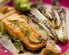 Papillote de saumon légère aux endives grillées et au citron vert : http://www.fourchette-et-bikini.fr/recettes/recettes-minceur/papillote-de-saumon-legere-aux-endives-grillees-et-au-citron-vert.html