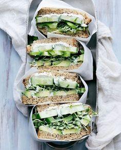 Um sanduíche natural para aqueles momentos não-sei-o-que-comer além de quebrar o galho pode ser um jeito de não desviar da dieta. Mas é fato: manter um cardápio balanceado fica chato se tudo que você se arrisca a fazer na cozinha se resume a um misto quente de queijo branco e peito de peru. A receitinha clássica é: Ingredientes 2 fatias de pão integral 1 fatia de queijo branco amassado 1 fatia de peito de peru em tiras 2 colheres de sopa de cenoura ralada 2 folhas de alface picadas 1…