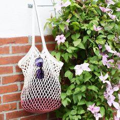"""Hæklet strandnet er sommerens """"Must-haves"""". Strandnettet kan bruges som strandtaske, indkøbsnet, eller måske din nye garnpose? Mix dine ynglingsfarver og design"""