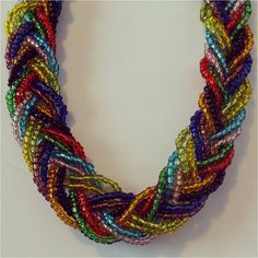 d4ff4ae26975 Hermoso collar corto trenzado en  mostacilla en colores fucsia