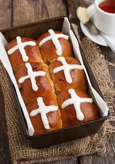 Delicious small-batch dried blueberry and lemon hot cross buns, using dried blueberries and a touch of lemon zest for flavour. Cross Buns Recipe, Bun Recipe, Real Food Recipes, Baking Recipes, Baking Ideas, Hot Cross Buns, Dried Blueberries, Homemade Butter, Easter Recipes