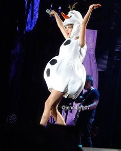 Taylor Swift - 1989 World Tour - Tampa, FLA - Taylor dressed as Olaf from Frozen in Tampa 10/31/15