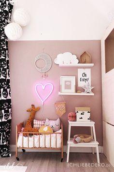 Stylisches Kinderzimmer für Mädchen in Altrosa und Senfgelb, Neonherz von Little Love Company und antikem Puppenbettchen mit Stofftieren von OYOY und Ava&Ives