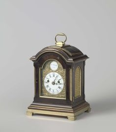 Johan Bernardus Vrijthoff   Tafelklok in een kast van notenhout met messing beslag, Johan Bernardus Vrijthoff, c. 1764 - c. 1797   Tafelklok in een kast van notenhout met messing beslag. Het uurwerk is gemerkt: JAN.B. VRIJTHOFF HAGE .
