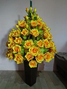 arranjos de flores de eva lirio - Pesquisa Google Nylon Flowers, Diy Flowers, Paper Flowers, Fruit Arrangements, Foam Sheets, Ikebana, Origami, Floral Wreath, Projects To Try