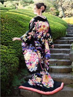 Black Uchikake with Colorful Floral Prints Traditional Fashion, Traditional Outfits, Native Wears, Anime Kimono, Geisha Art, Kimono Japan, Wedding Kimono, Kimono Design, Traditional Wedding Dresses