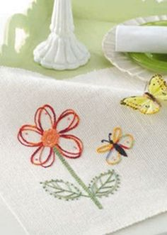 Free embroidery pattern: flower and butterfly placemat Embroidery Patterns Free, Embroidery Applique, Cross Stitch Embroidery, Machine Embroidery, Embroidery Designs, Flower Embroidery, Free Pattern Download, Fabric Yarn, Satin Stitch