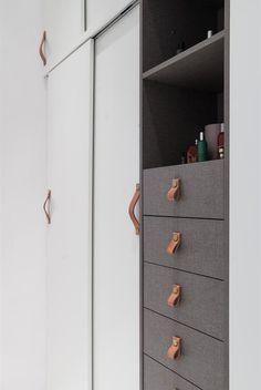Čelní plochy zásuvek jsou vyrobené z materiálu evokujícího tkaninu. Kožené úchytky jsou švédské provenience.