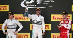 Lewis Hamilton comemora no pódio após vencer o GP do Japão e igualar marca do ídolo Ayrton Senna