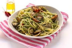 Una ricetta della tradizione gastronomica partenopea proposta con una variante, la crema di broccoli. Un primo piatto di pesce intramontabile!