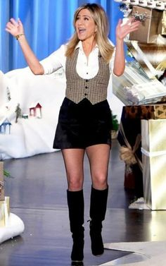 Jennifer Aniston Jennifer Aniston Legs, Jennifer Aniston Pictures, Fashion Tv, Fashion Outfits, Jeniffer Aniston, Celebrity Boots, Rachel Green, Sexy Older Women, Cool Outfits