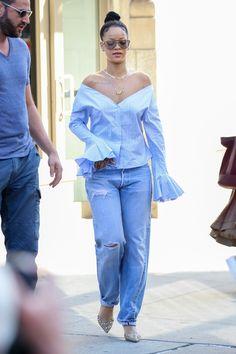 Rihanna Con Camisa Azul Y Vaqueros Rotos