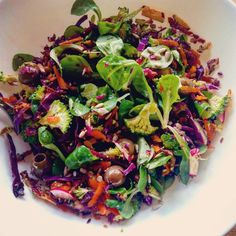 Ensalada canonigos, brócoli, zanahoria, rabanillos, aceitunas y col lombarda