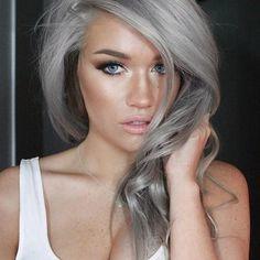 Šediny? Strieborné vlasy sú ďalším módnym hitom a vyzerajú perfektne!
