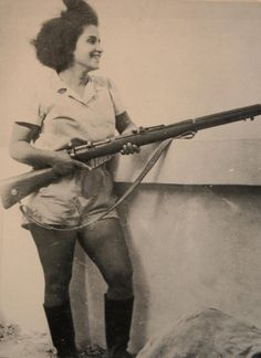 A female Jewish fighter from the Israeli War of Independence during the late Women played and continue to play a pivotal role in the Israeli military (from Beach Bum). Warrior Spirit, Xena Warrior, Women In History, World History, Idf Women, Home Guard, Jewish History, Female Soldier, African Women