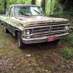 Camo truck #partoftheenvironment #ford #truck #pickup #morninautos #chivera #soloparking #leftbehind #abandoned #dirtmerchantautos #americancar #headlights (at Lake Rabun)