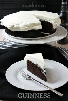 Chocolate Guinness Cake: delicious with cheese frosting Chocolate Guinness Cake, Chocolate Desserts, Chocolate Cake, Sweet Desserts, Sweet Recipes, Delicious Cake Recipes, Yummy Food, Cookie Recipes, Dessert Recipes
